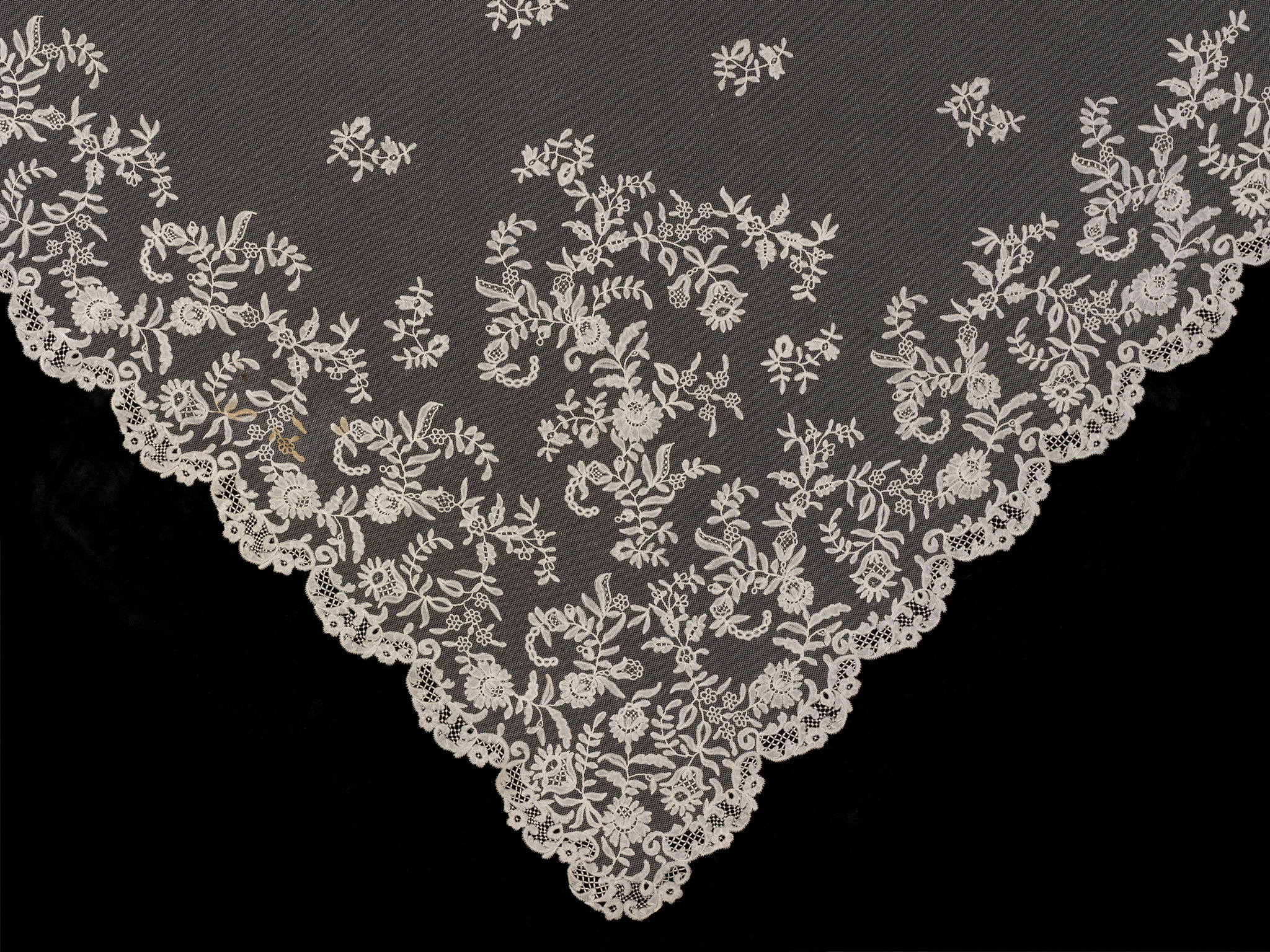 Honiton_lace_veil_detail_British_c.1850_c_Victoria_and_Albert_Museum_London