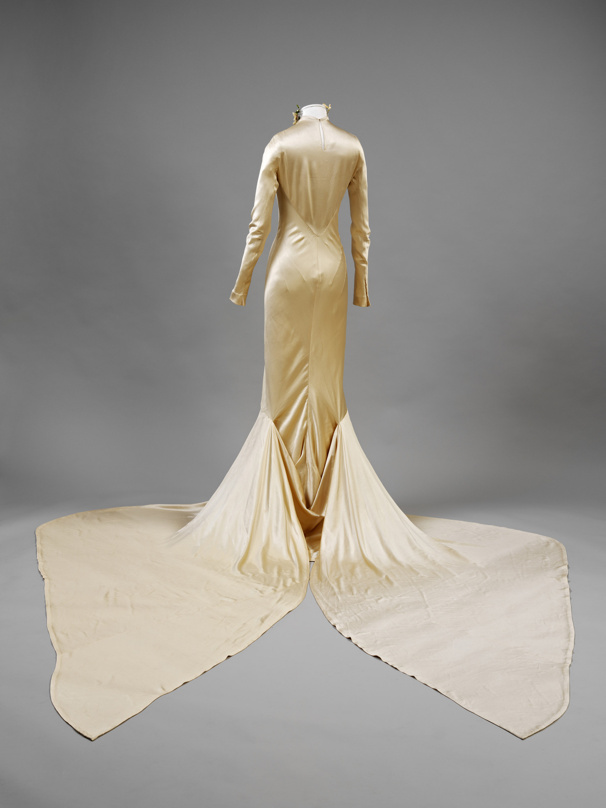 Silk_satin_wedding_dress_designed_by_Charles_James_London_1934._Worn_by_Barbara_Baba_Beaton._Given_by_Mrs_Alec_Hambro_c_Victoria_and_Albert_Museum_London_reverse