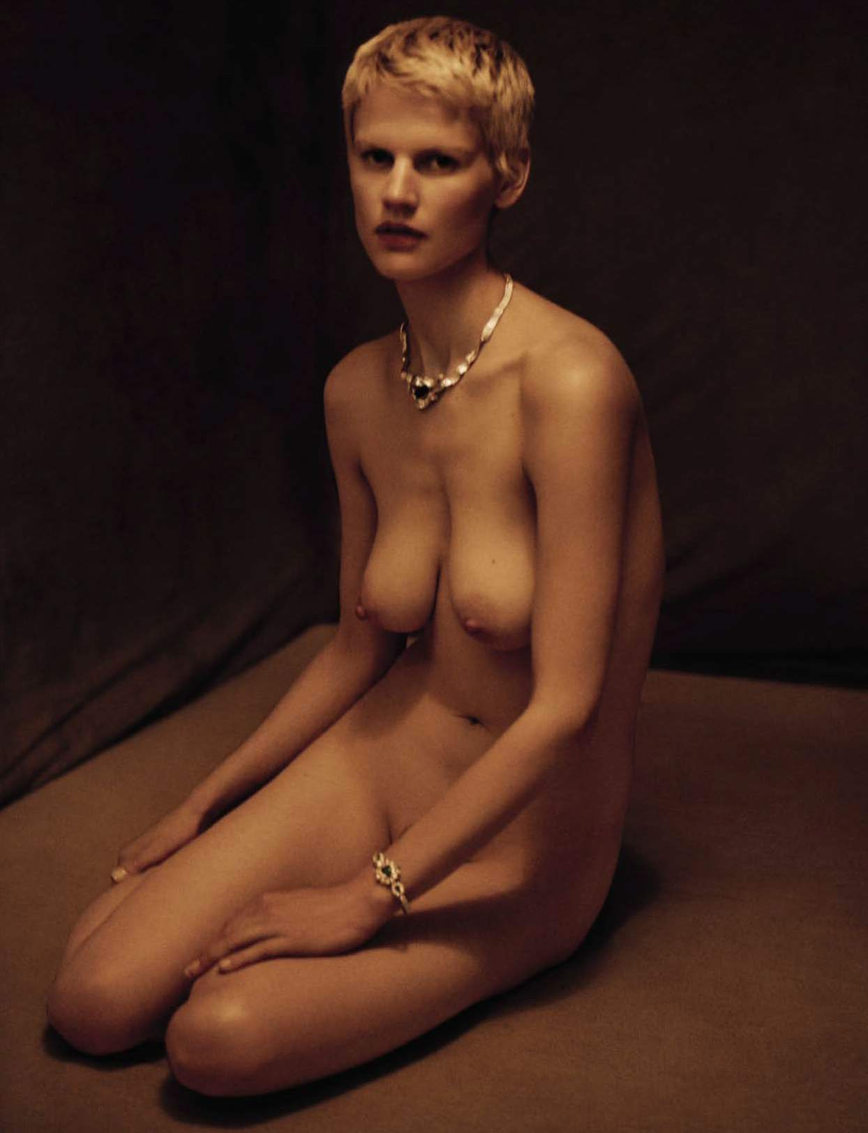 saskia-de-brauw-by-paolo-roversi-for-vogue-italia-september-2015-6