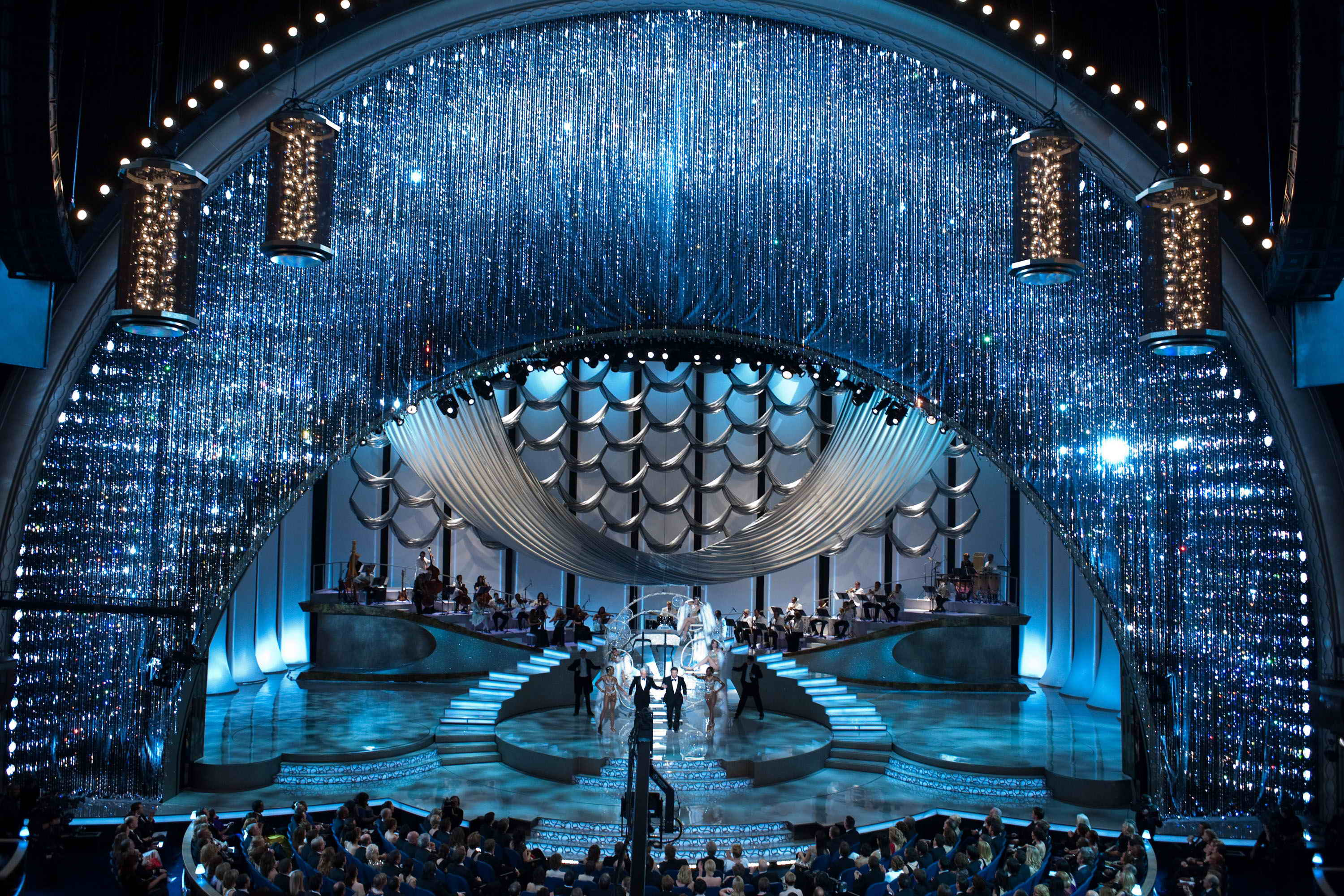 Curtain-for-the-2010-Oscars-with-more-than-100000-crystals-designed-by-David-Rockwell.-©-A.M.P.A.S